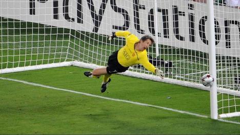 Xavi of Barcelona's freekick hit the post - so unlucky!!!
