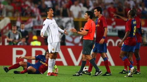Ronaldo frustrated to referee after commited foul to Puyol
